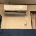 室内機。壁紙の色と新品のエアコンの差がよくわかる