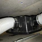 浴室三室用換気扇の交換工事の作業前。長年使用しているせいか汚れが目立っている。