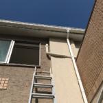 高架の場合は脚立を使用し、取り付けを行う。転落事故防止のため、安全確認をしっかり行いながら工事を行う。