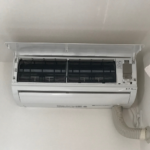 一部屋目の設置が完了した。室内機は水平にバランス悪くならないように、配管の接続はしっかりパテを塗り、緩まないように固定した。