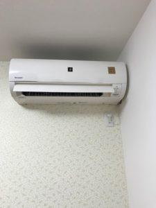 取り付け後のエアコンです。曲がると劣化が早くなるので、しっかり水平に取り付けました。