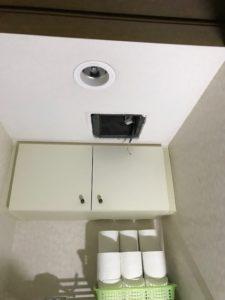 取り外し後の換気扇。配線がむき出しになっており電気工事士の専門分野になります。