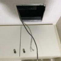 配線を引っ張り出し、新調した換気扇を取り付けます。