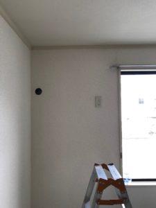 エアコン取付前の状態です。以前取り付けていたため、室外機を繋ぐ穴が開いています。今回も再利用で繋ぎます。
